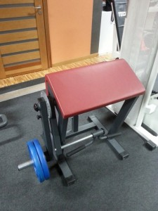 2. Maszyna MARBO PRO do treningu bicepsów oraz tricepsów (za pomocą zegara i ramienia ustawiamy, którą partię trenujemy).