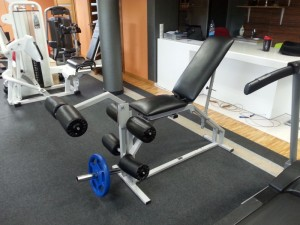 """1. Maszyna HES do treningu mięśni czworogłowych oraz dwugłowych ud z wolnym ciężarem (Regulowany kąt oparcia pozwala nam na trening """"czwórek"""" siedząc, oraz dwugłowych leżąc na brzuchu)."""